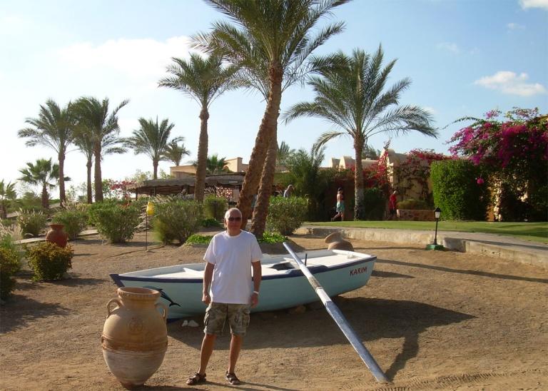 Coraya Bay Egypt_veneitä ja ruukkuja rannalla