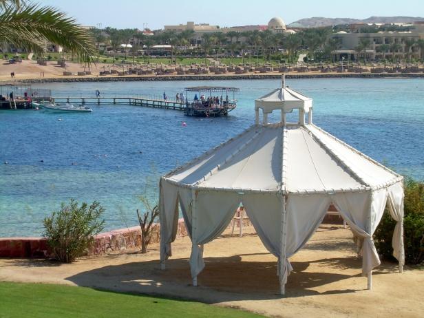 Coraya Bay Egypt_View towards opposite pier_scuba divers